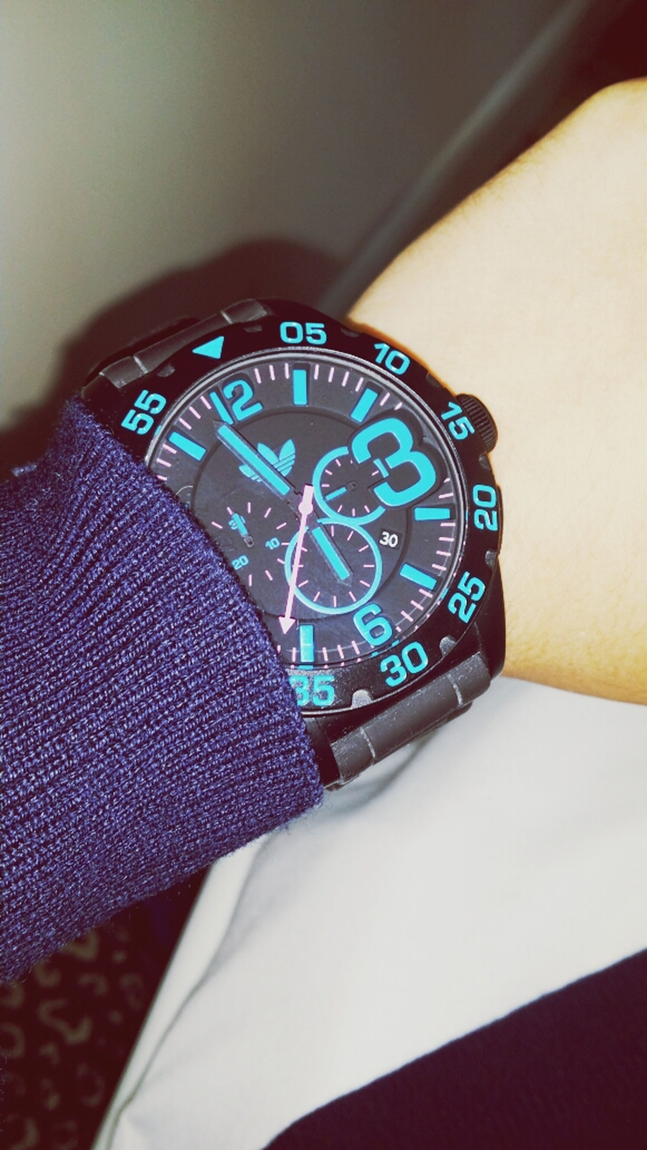 indoors, close-up, lifestyles, leisure activity, communication, part of, person, time, high angle view, men, technology, holding, wristwatch, home interior, accuracy, unrecognizable person