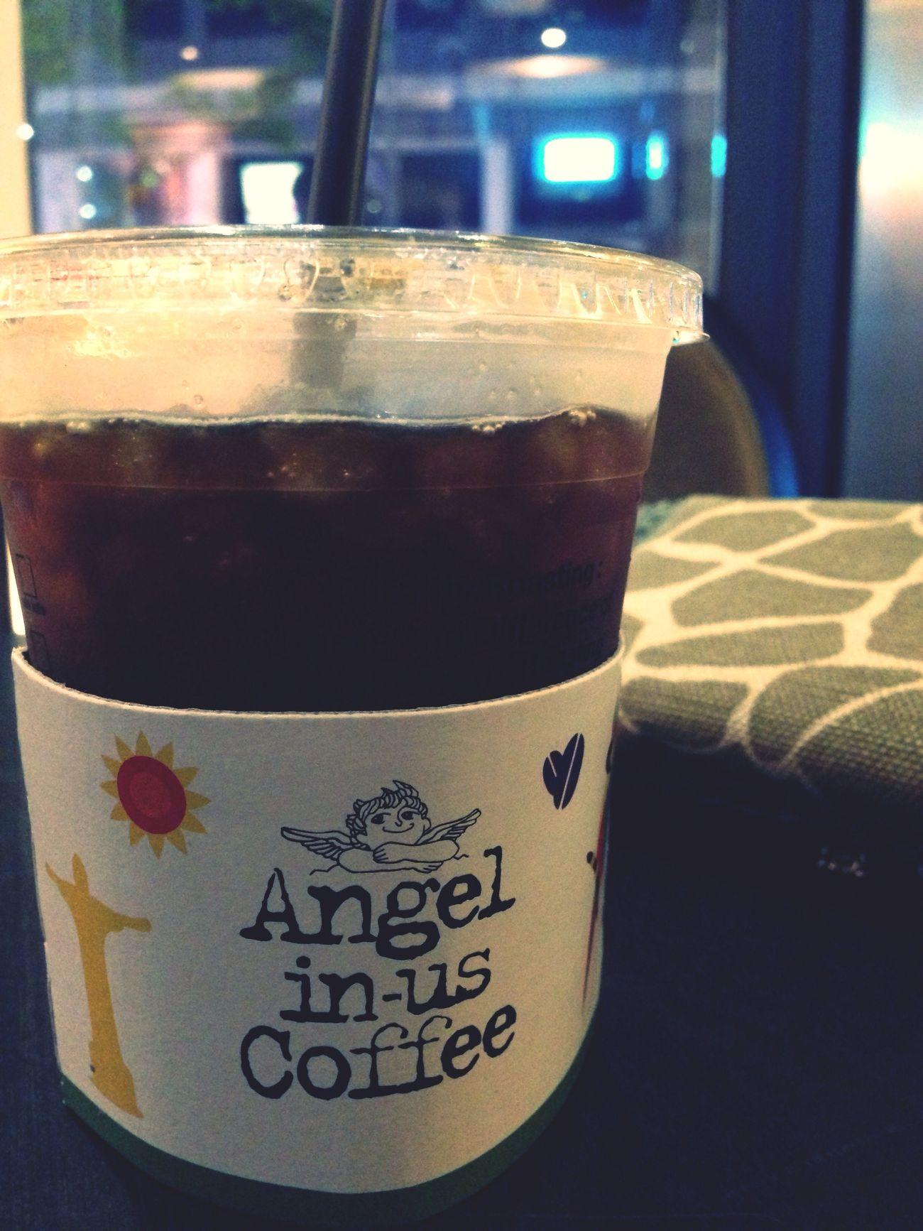 내일 쉴 수 있다는 사실은 이 시간에도 친구를 만날 수 있는 야행성을 발휘하게 만든다. Cafe Americano Coffee Iced Coffee 빨리와 배고파