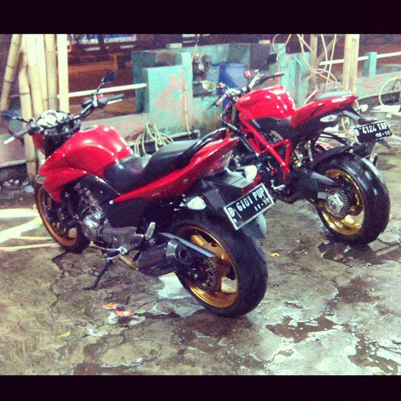 Just take a bath... Ducati Ducatistreetfighter 848Evo Suzuki inazuma SuzukiInazuma gw250 red redbike streetbike streetfighter marchesini marchesiniwheel photoofheday instaphoto instadaily