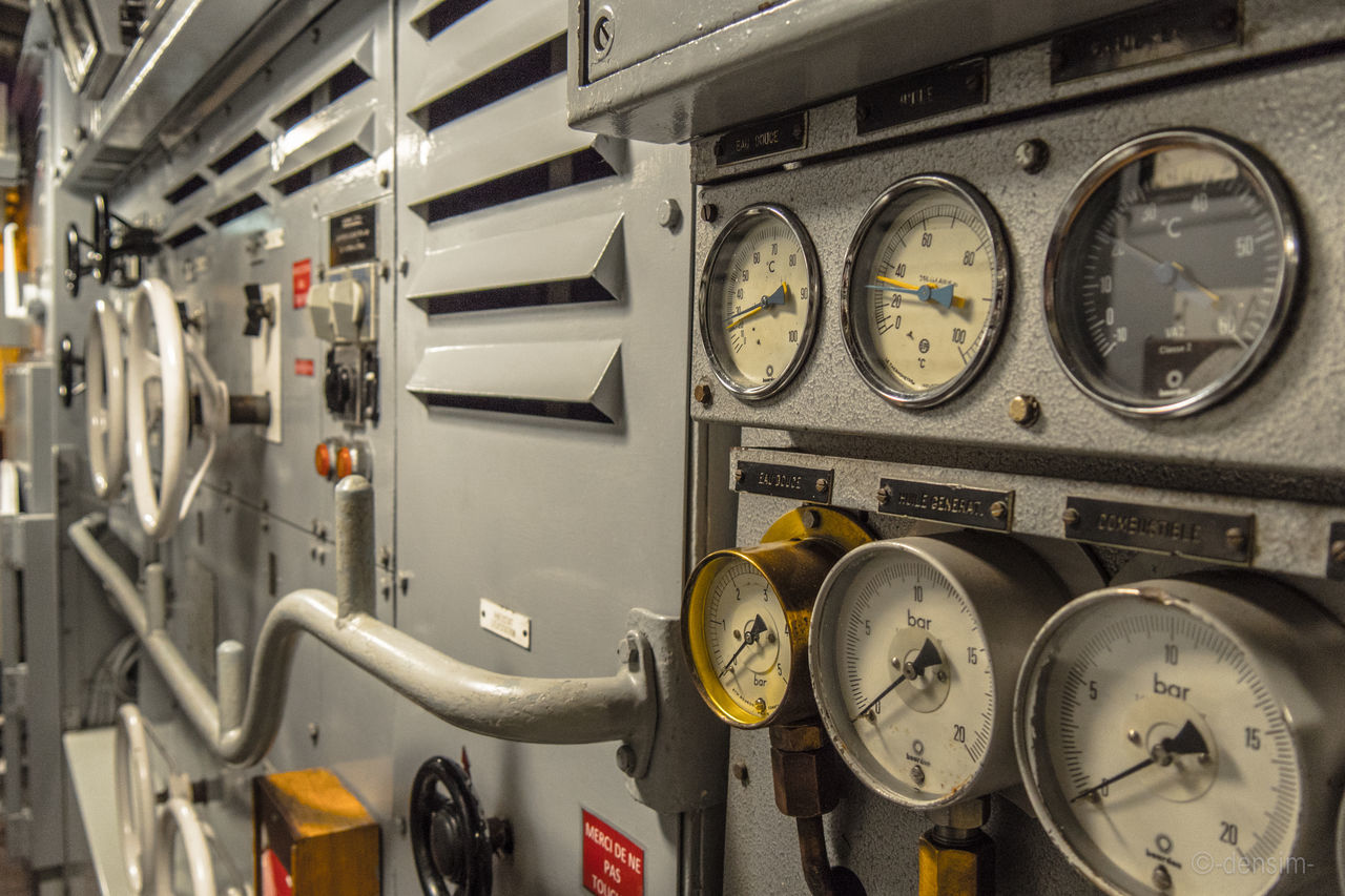 In the submarine Army Circle Clock Close-up Compteur Equipment Indoors  Interieur Metal Naval Naval Ship Old Perspective Sous-marin Submarine Technology