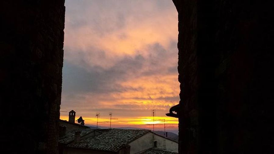 """"""" Stelle, già dal tramonto, si contendono il cielo a frotte, luci meticolose nell'insegnarti la notte. """" Italy Picstitch  Picture Picoftheday Daygram Photooftheday Day Tramonti TravelIsLife Nofilter Nofilterneeded December Nature Colourful Shot Tramonti__italiani Ig_captures Toscana Tuscany Tramontinascosti Angolidiparadiso Montepulciano Neverstopexploring  Landscape Collinetoscane amazing"""