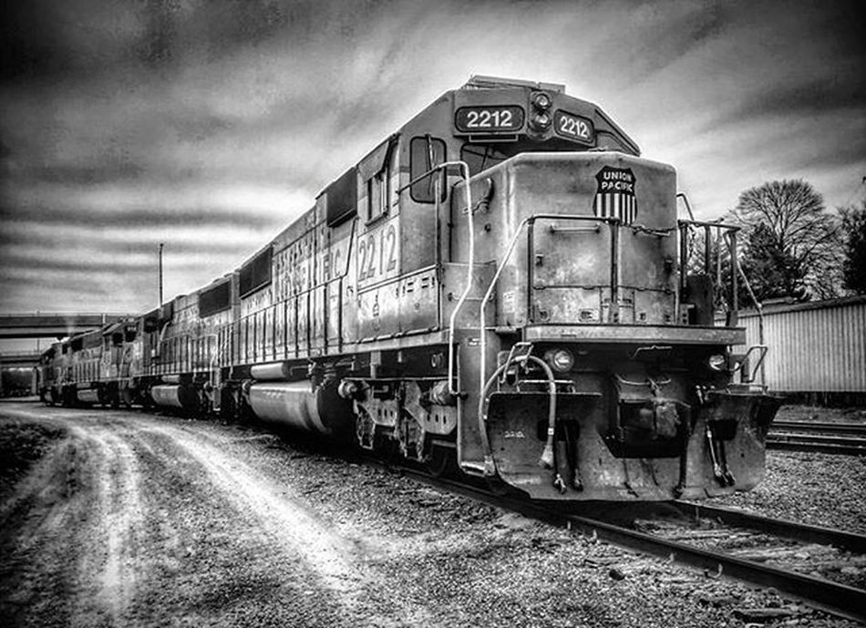 Trains in Atchison. .........Ks_pride Atchison Atchisonks Kansas Kansasnature Worldwide World_bnw Wow_america_bnw Trb_bnw Trainsofinstagram Trains Trains_r_the_best