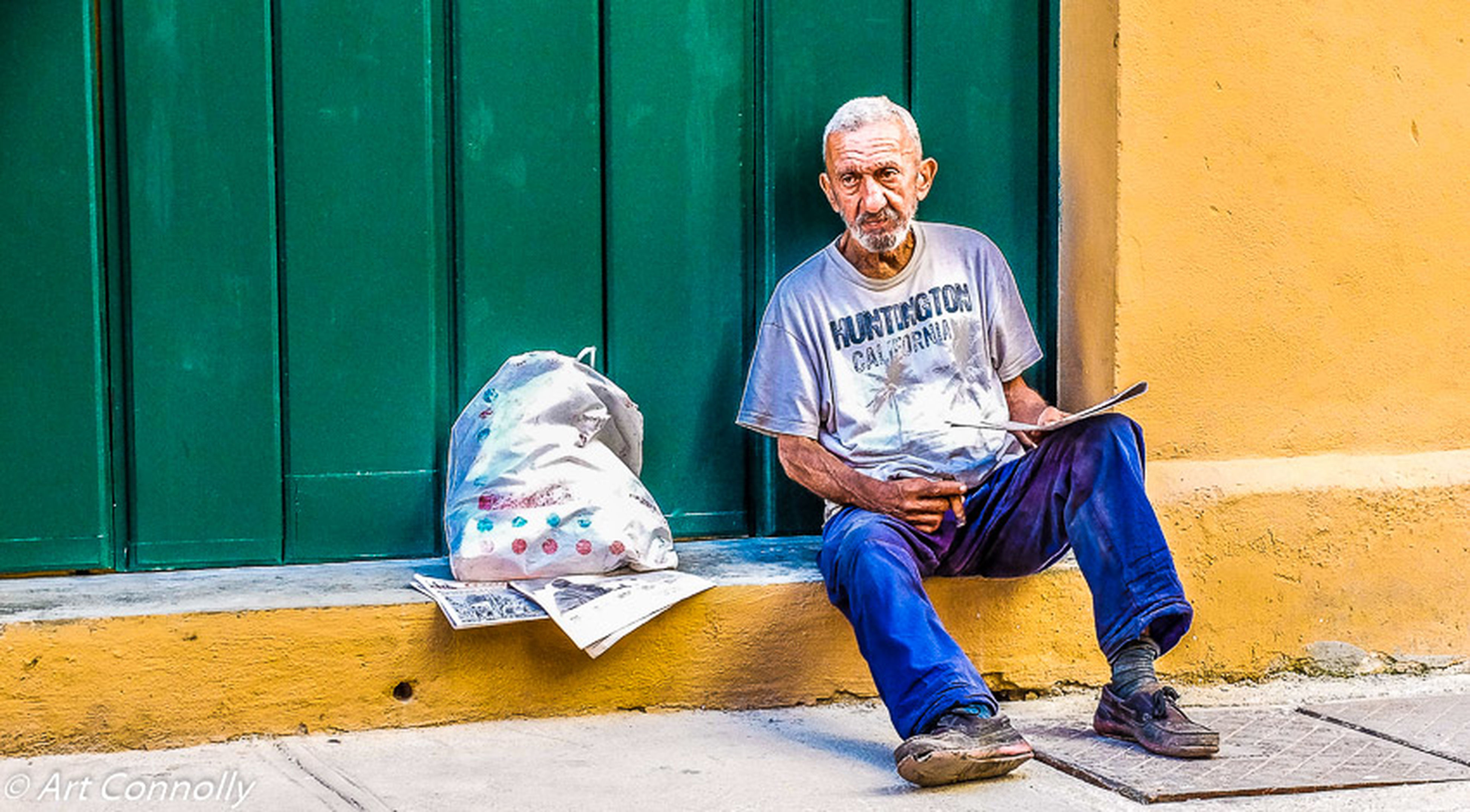 one person, senior adult, one man only, one senior man only, only men, adults only, reading, real people, retirement, outdoors, sitting, full length, day, eyeglasses, senior men, people, adult