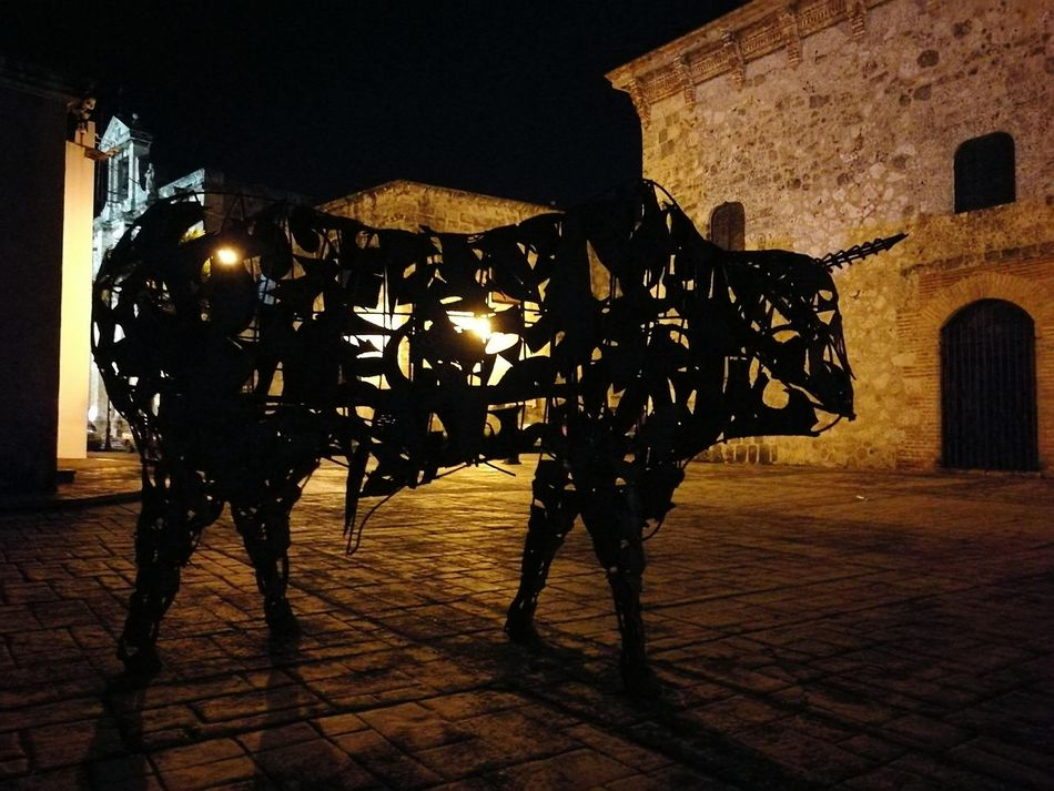 Night City Silhouette Illuminated Bull Sculpture Iron - Metal Iron Escultura Colonial Architecture Colonial Style Colonial Esculturas Y Estatuas Escultura, Silueta Sombra Sombras Y Luces... Light And Shadow Light