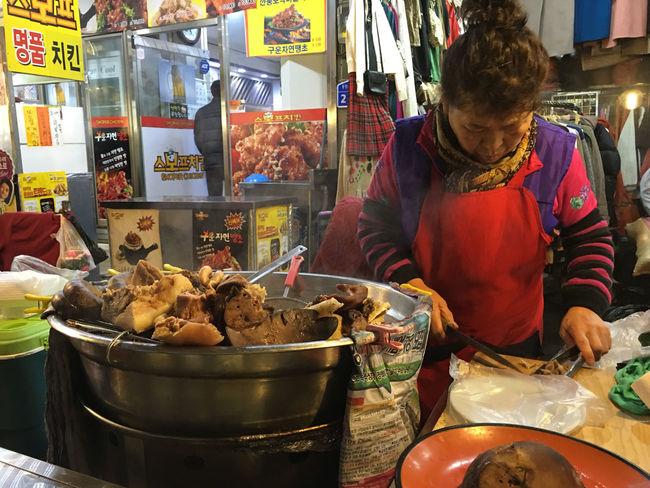 屋台 Stall Market Stall Food Stall には、 スンデグッ の大鍋と調理台があり、あらかじめ下ゆでした内臓をカットする調理台がある。見た目に少し難はあるが、非常に美味だ。慣れていると、具をチョイスするそうだが、俺はよく分からないのでお勧められるままにした。 Foodporn Market Korean Food Koreatown テジョン Korea 韓国 EyeEm Korea スンデクック