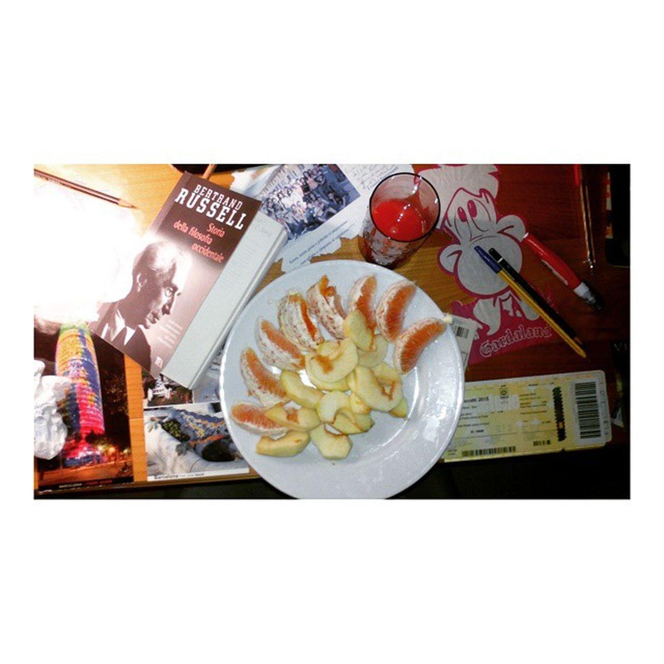 Buona filosofia a me!👊✌ Sistudia Platone Lafame Mangiosano Nonvidico Orangejuice Orange Apple Stoapposto Instagoodfood Instafruit Instalove Instafilosofia Likeforme Likeforlike Likeforfollw Followforfollow