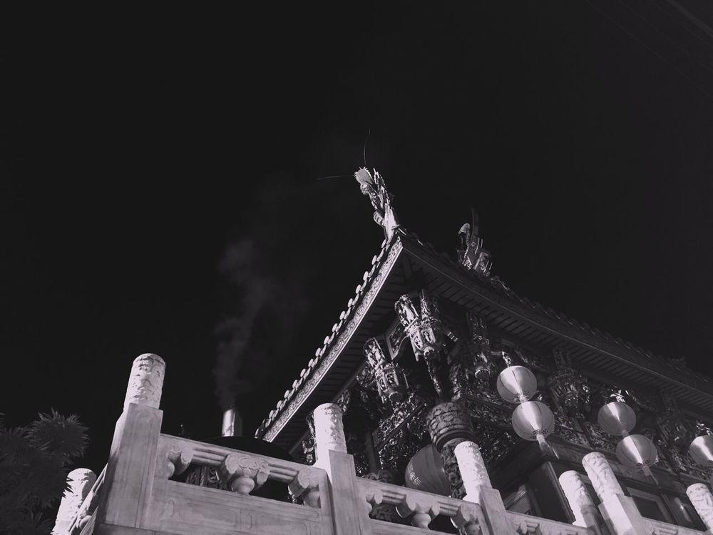 今宵は横浜中華街でクルマ仲間と忘年会👋🤣🍻😆👍 Architecture Low Angle View Built Structure Building Exterior Night Hello World Yokohama Chinese Culture Chinatown Chinatown Yokohama Blackandwhite Monotone Monochrome Photography Year End Party Japan Photography