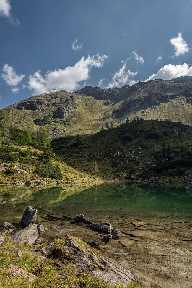 Alm Bergsee Blau Bäume Grün Hang Himmel Keine Menschen Landschaft Moaralmsee Natur Ruhe Schatten See Steiermark Steine Tag Ufer Wasser Weiss Wolken Österreich