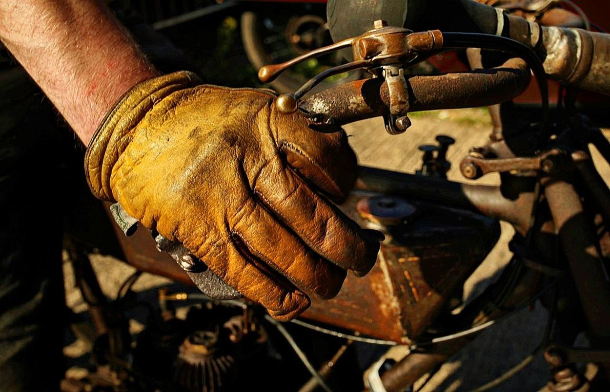 Classic And Vintage Racing Close-up Glove Hand Hand In Glove Oily Oily Glove Vintage Vintage Motorcycles Vintage Racer