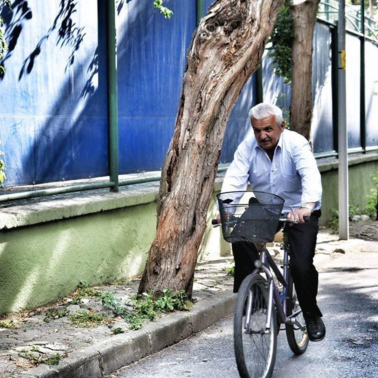 Aynı gün içinde saatten saate değişiriz.Kaygısız bir çocuk,hırslı bir genç,uslanmış bir yaşlı adam ve biçare bir ihtiyar olabiliriz.Aynı yirmi dört saat içinde yalnız kalmaya susar,başkalarıyla görüşmeye acıkırız. Happiness Ig_today Ig_euroasia Man Cycling Ontheroad