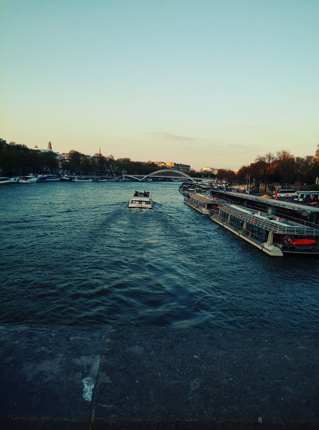 So cliché.. But I love this place. When I walked from the left bank to the right bank of Paris (from Tour Eiffel to Trocadéro ) I couldn'thelp but admire.. Pont d'Iéna (Jena Bridge) Paris Paris Je T Aime Paris ❤ Paris, France  Parisweloveyou 7e arr Parisian Cliché ClichéShots Boats Laseine Seine River Bridge