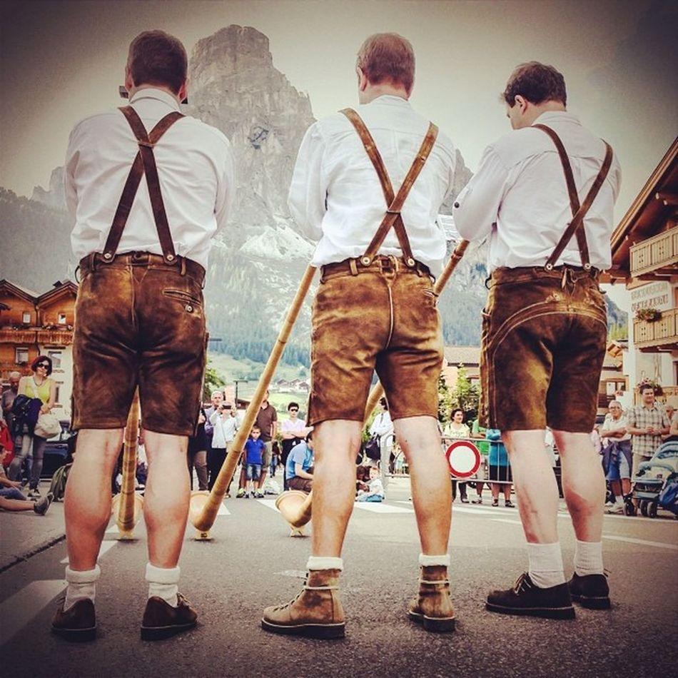 Suonatori di corno #giovediinpaese #corvara #altabadia #exploreyourway #dolomites #alps #lifelessordinary #tradition #folklore #italy
