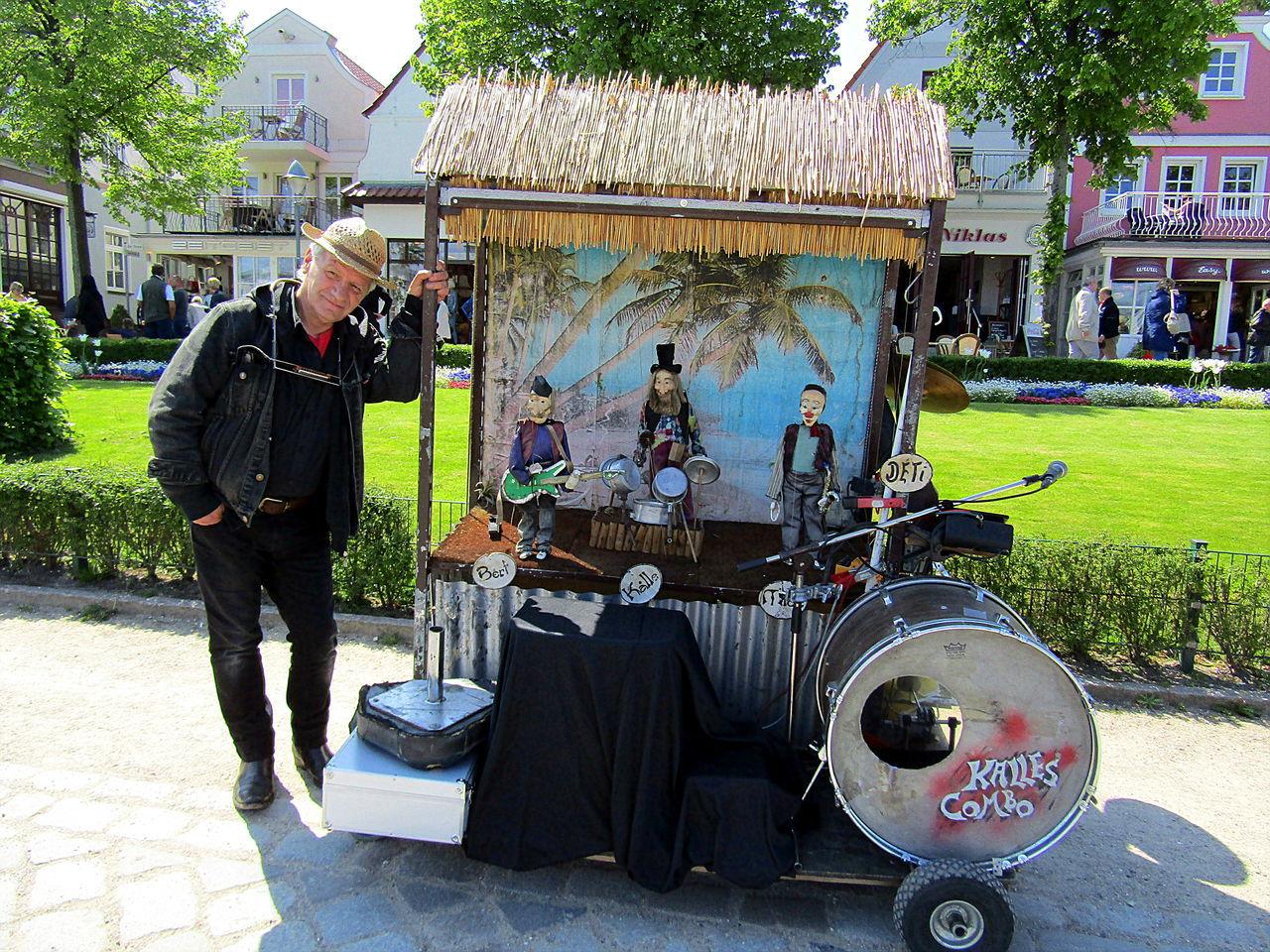 Gestern In Warnemünde--Rostock One Person Outdoors Real People Strassenmusiker-lässt Die Puppen Tanzen-- Street Musician Makes The Dolls Dance