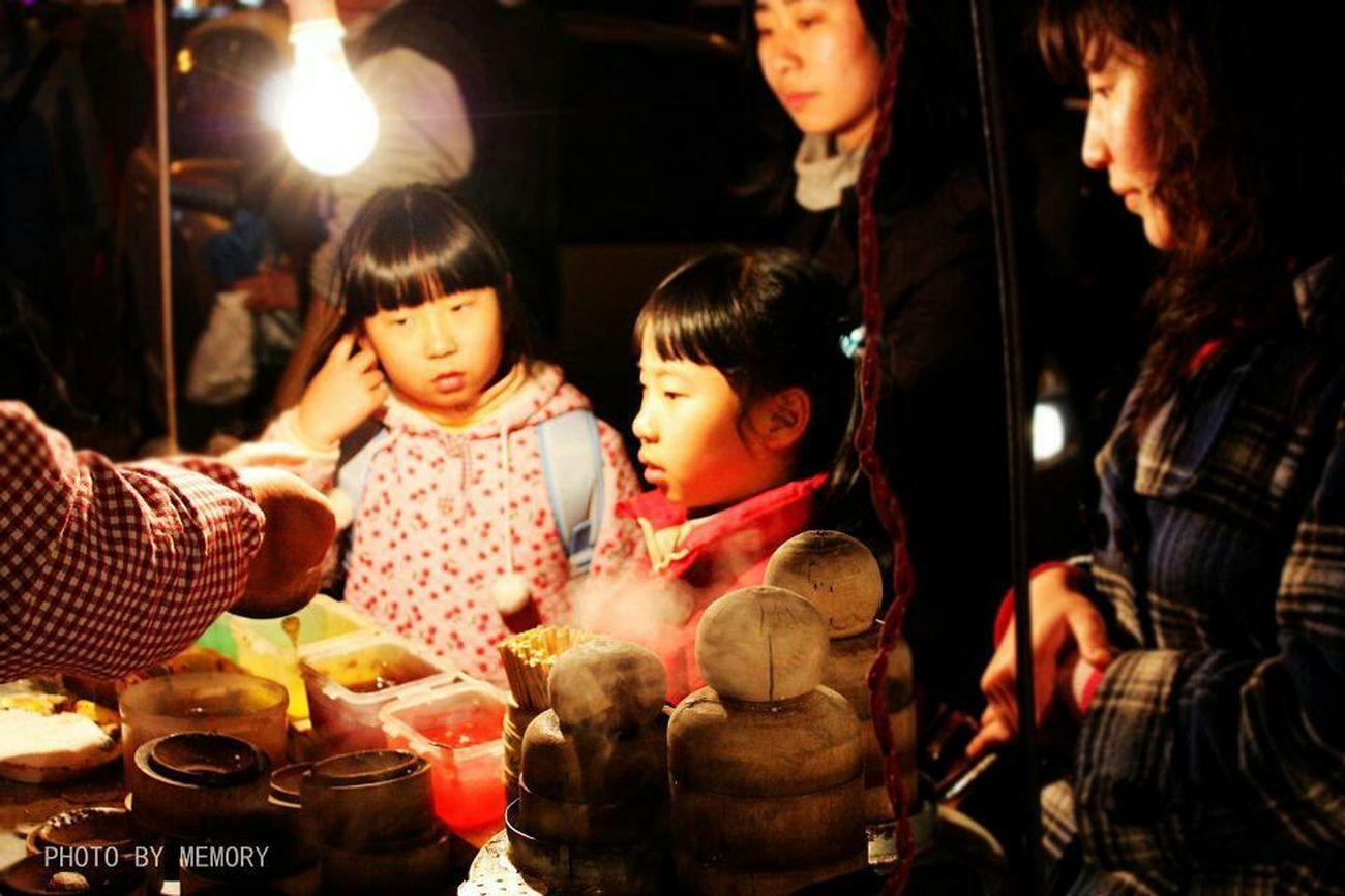 China .Xian City View  Girl Autumn🍁🍁🍁 Chinese Art Walking Around 西安夜市的海棠糕