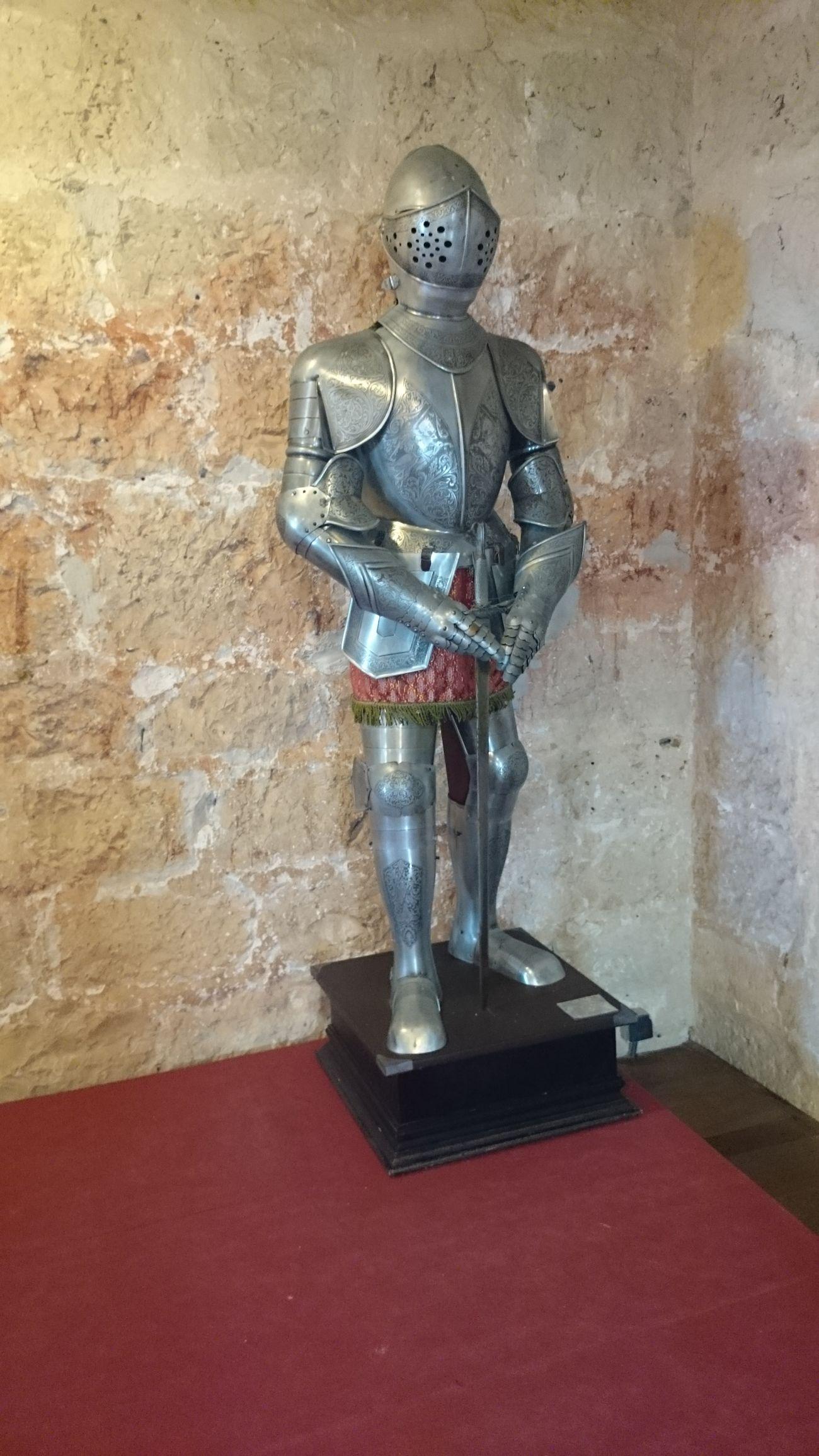 Un Armadura de Caballero Mediaval dentro del Castillo De Peñafiel