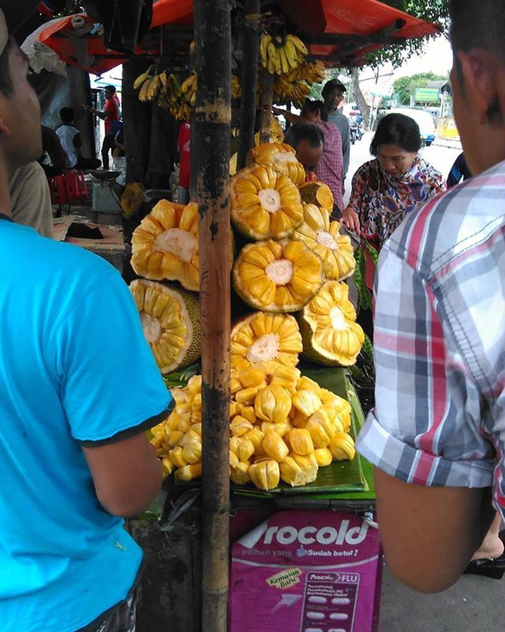real people, market, retail, market stall, for sale, selling, men, small business, buying, day, freshness, food and drink, casual clothing, outdoors, food, fruit, choice, lifestyles, large group of people, women, occupation, business, adult, people