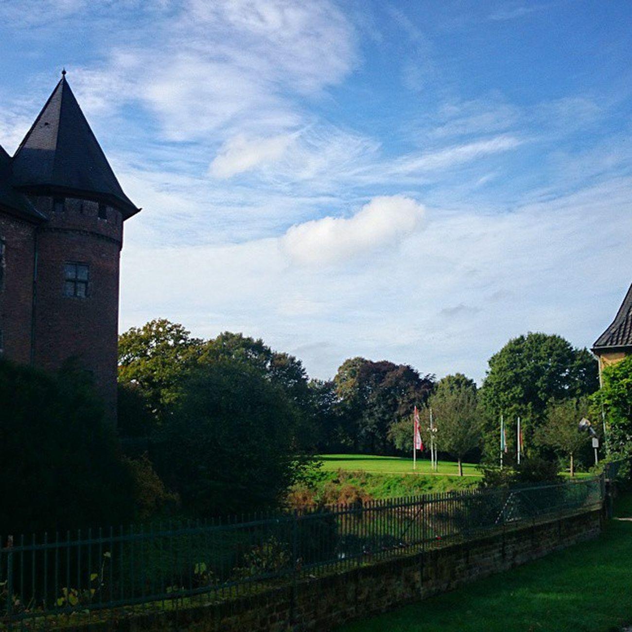 Blick vom Burgplatz der LinnerBurg in Krefeld Castle