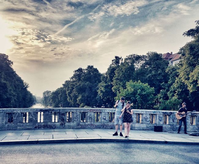 Getting In Touch with your inner Urban Romantic is easy here. Enjoying The Sun Berliner Ansichten Streetsofberlin Cinema In Your Life Eye4photography  Caught In The Moment Bridges_aroundtheworld Bridgeporn Romantic Scenery Golden Hour Canals And Waterways