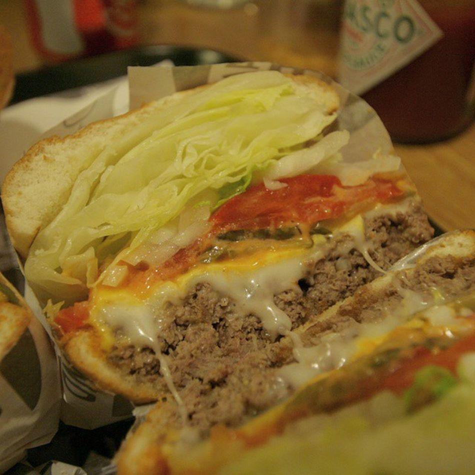 홍대 핸인핸버거!! 오리지널에 +치즈가 추천이라고 하네요ㅋ 햄버거의 반만 먹어도 어느정도 배가 차네요. 만족만족 ㅋㅋㅋ ☆ 핸인핸버거 핸인핸버거짱짱 햄버거 버거 치즈 먹스타그램 먹스타그램꿈나무 먹스타 홍대
