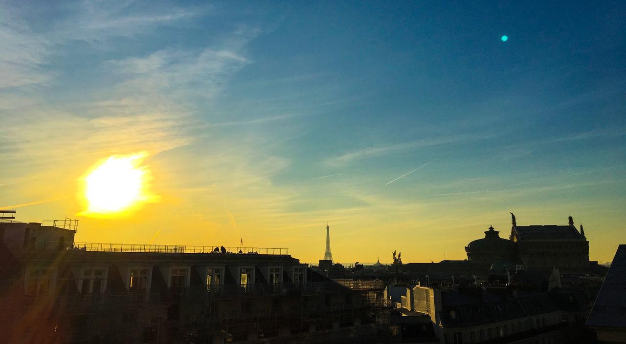 Couché de soleil sur Paris dans la pollution. Architecture Building Exterior Built Structure City Day No People Outdoors Sky Sunlight Sunset