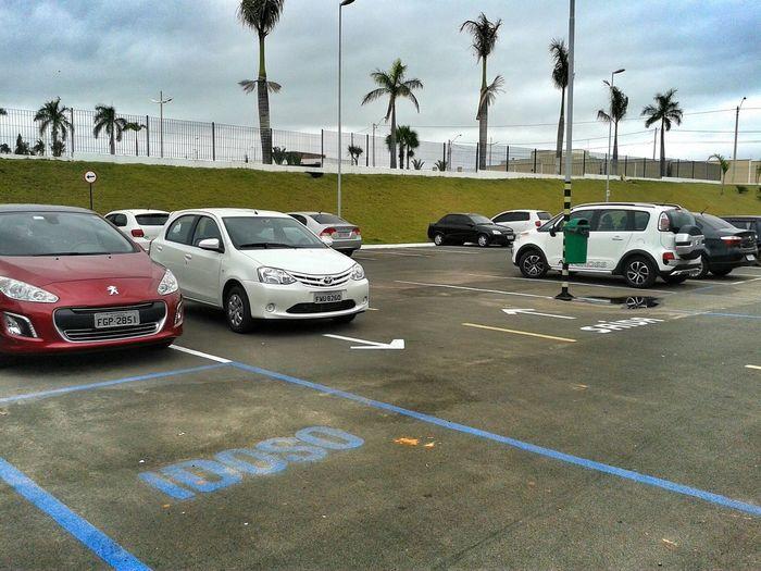 E no Shopping Garden de Penápolis me deparo com um Carro estacionado num Estacionamento  Imaginario... Detalhe 70% das vagas estavam disponíveis. AcheoErro