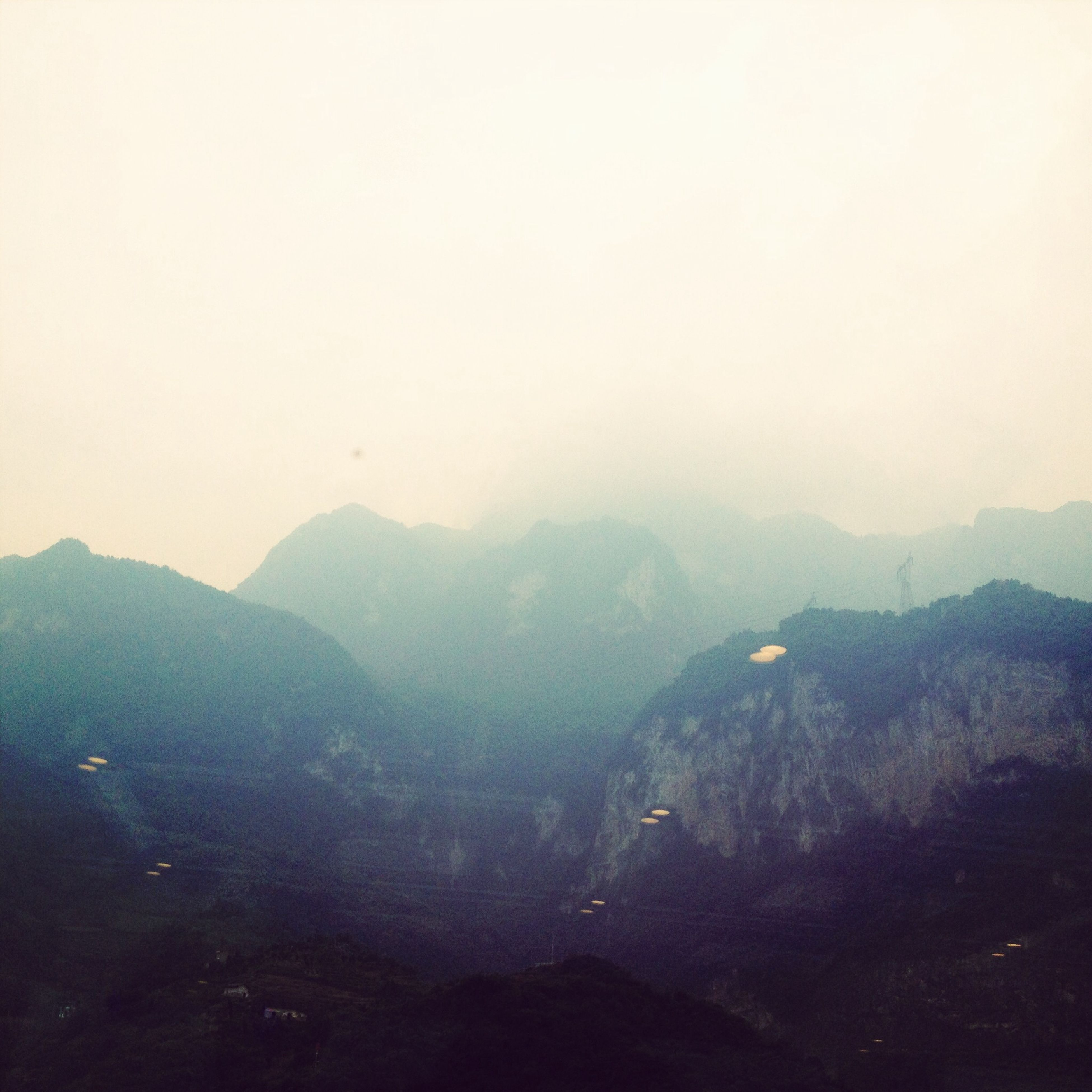 mountain, scenics, tranquil scene, tranquility, mountain range, beauty in nature, fog, nature, landscape, copy space, idyllic, non-urban scene, foggy, sky, physical geography, remote, outdoors, weather, water