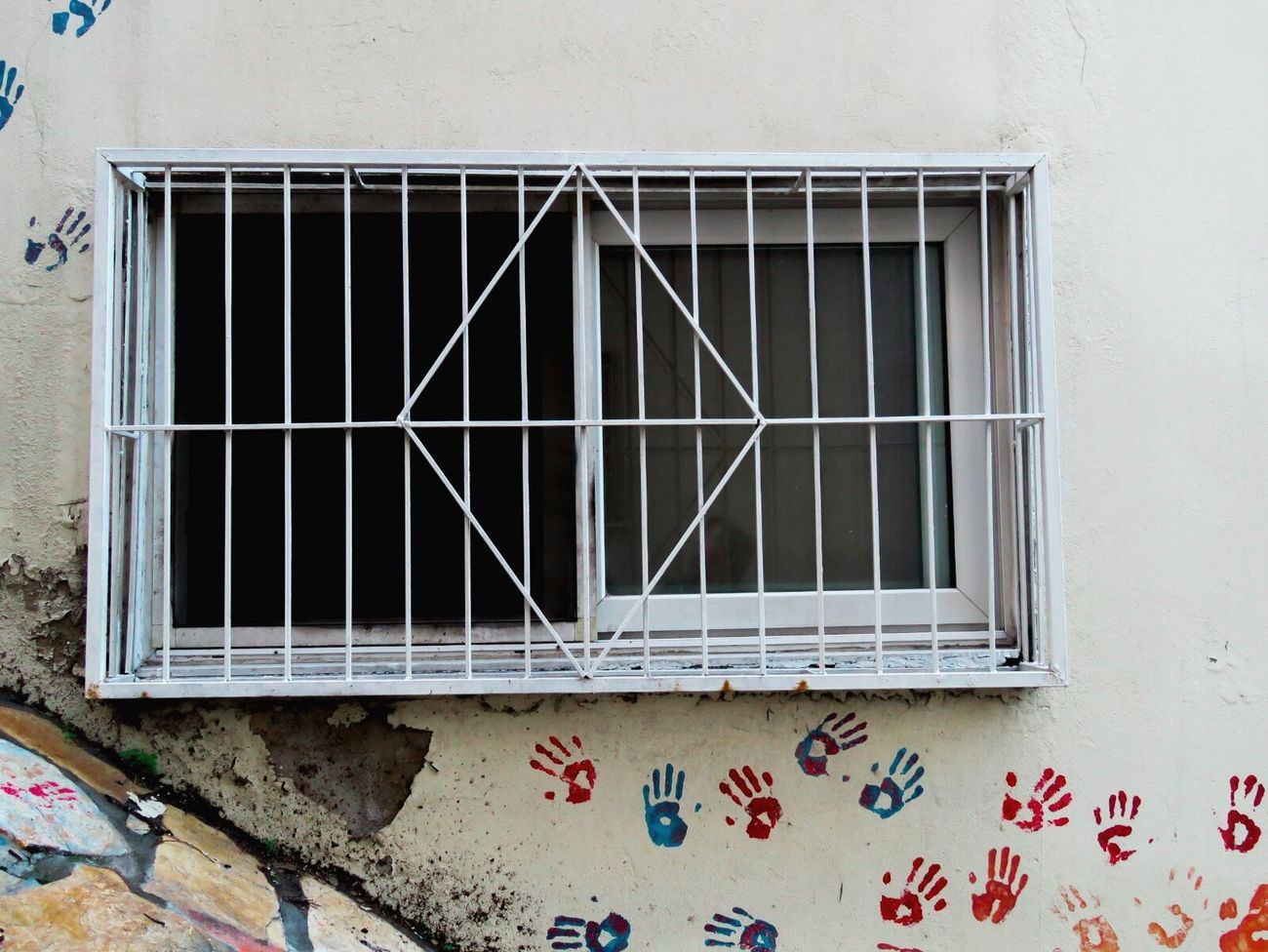 Urban Taking Photos Winter Wall Sunny Day Check This Out Izmir Sunnyday Urban Geometry EyeEm Best Shots EyeEm Gallery Duvar Colors Hand OpenEdit Window Pencere HandPainted Handprint White Beyaz EyeEm Best Edits EyeEm Eyeemphotography Grate