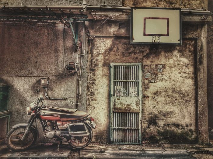 最近放假,天氣都會放晴☀😎,所以我應該要多放假才是!😄Outdoors No People Street Photography Basketball Board Old Town Motorcycle Photography Wall - Building Feature Door