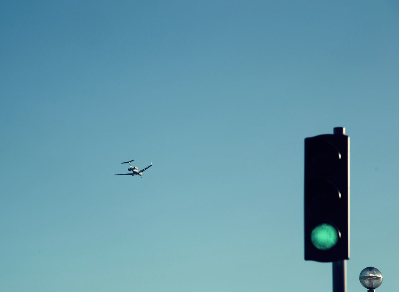 Airplane Blue Clear Sky Copy Space Day EyeEm Selects EyeEmNewHere Flying Let's Go. Together. Low Angle View No People Outdoors Sky Sommergefühle Stoplight Transportation