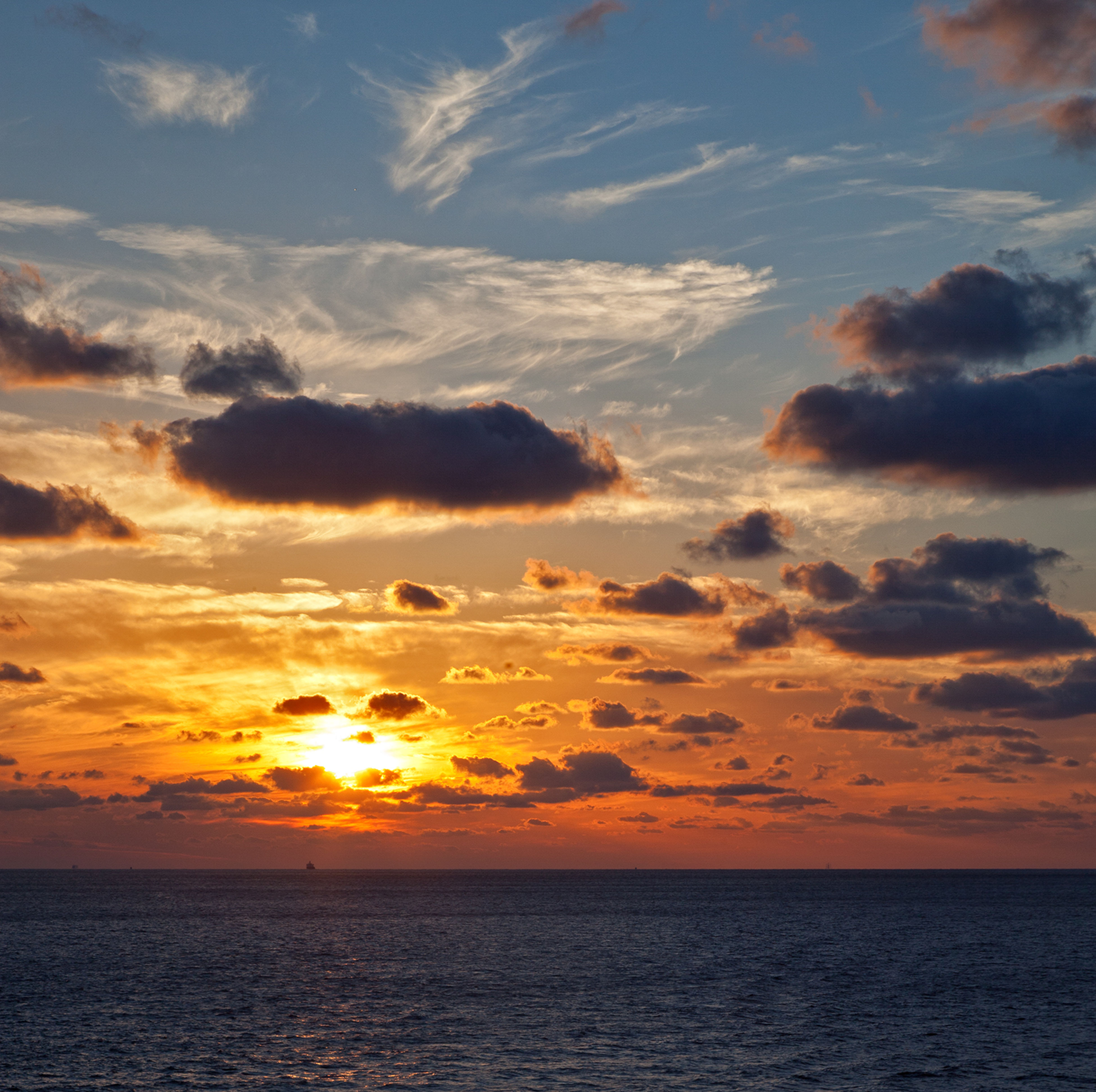 sea, sunset, horizon over water, scenics, sun, water, tranquil scene, beauty in nature, sky, tranquility, waterfront, orange color, idyllic, nature, cloud - sky, cloud, sunlight, seascape, reflection, sunbeam