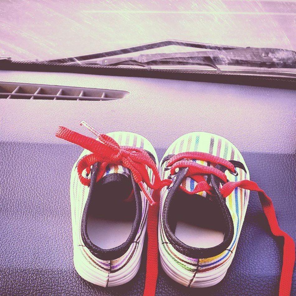 . قدم های کوچک در آغاز مسیر سخت . . . زندگی سخت . . . . امید به خدا تبصره این مسیر آلوده است . . . کفش بچه کوچولو موچولو کودک درون ام از اینه می خواد😢