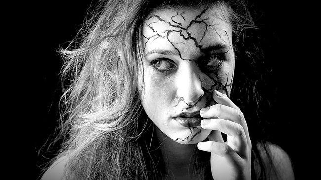 She's broken... Beautiful Girl People Peoplephotography People Photography Blackandwhite Monochrome Black & White Black And White Leipzig Art