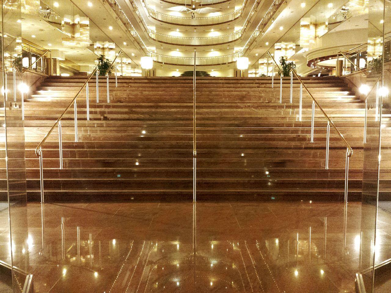 Entrance Hall View From Below From Below Marmor Treppe Spiegelungen im Marmor Stairs Prachtvoll Prächtiger Eingangsbereich Impressive View Impressive Locations Ladyphotographerofthemonth