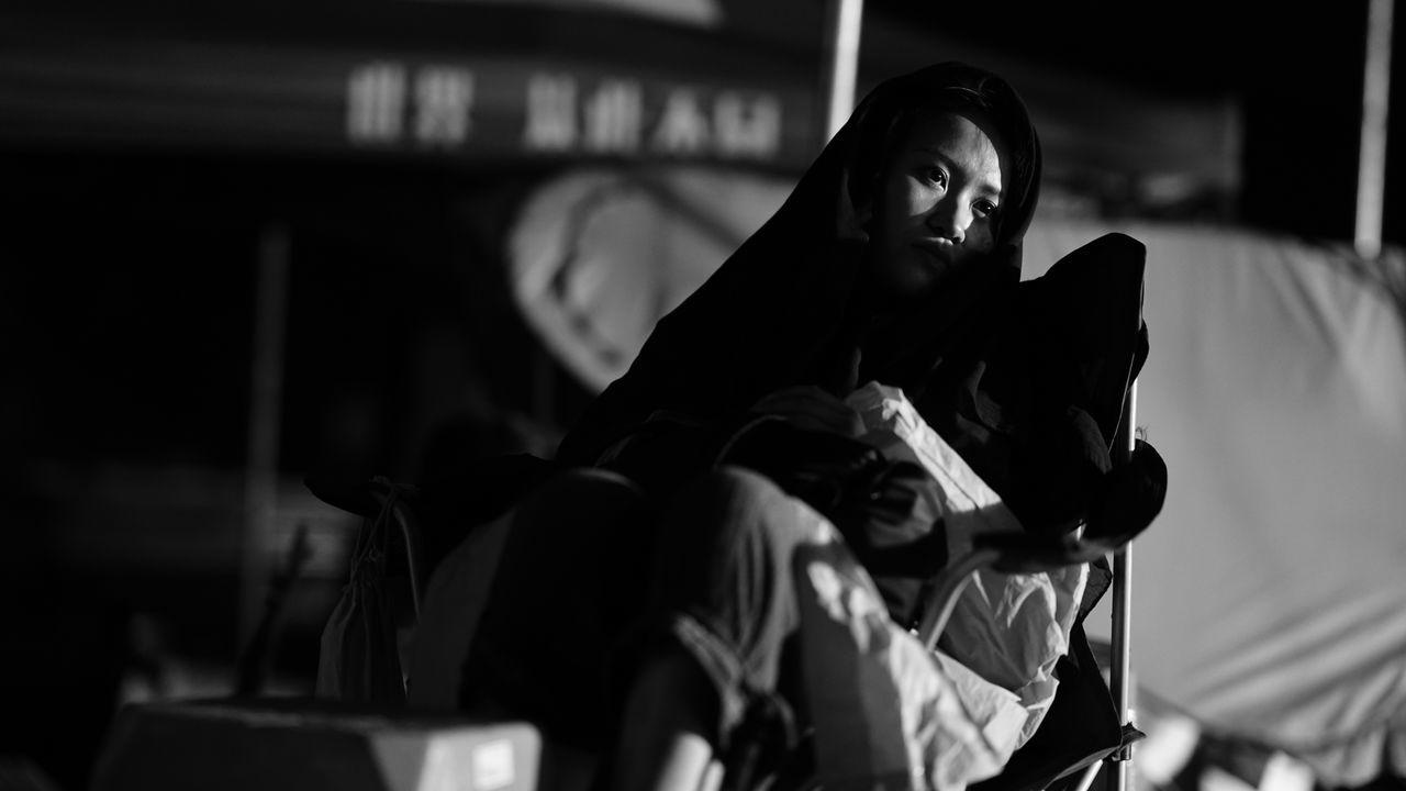 女演员 two people real people focus on foreground togetherness women lifestyles leisure activity men indoors young women Low angle view couple - relationship girls friendship bonding night Sitting young adult close-up human hand