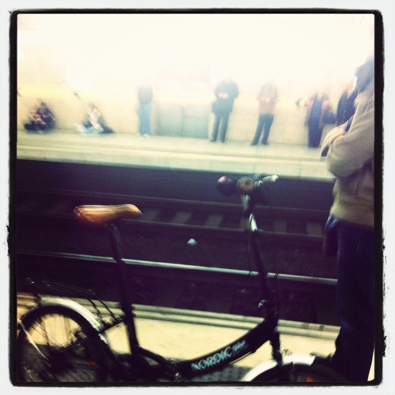 Esperando al tren para volver a casa unos andando otros en bicicleta