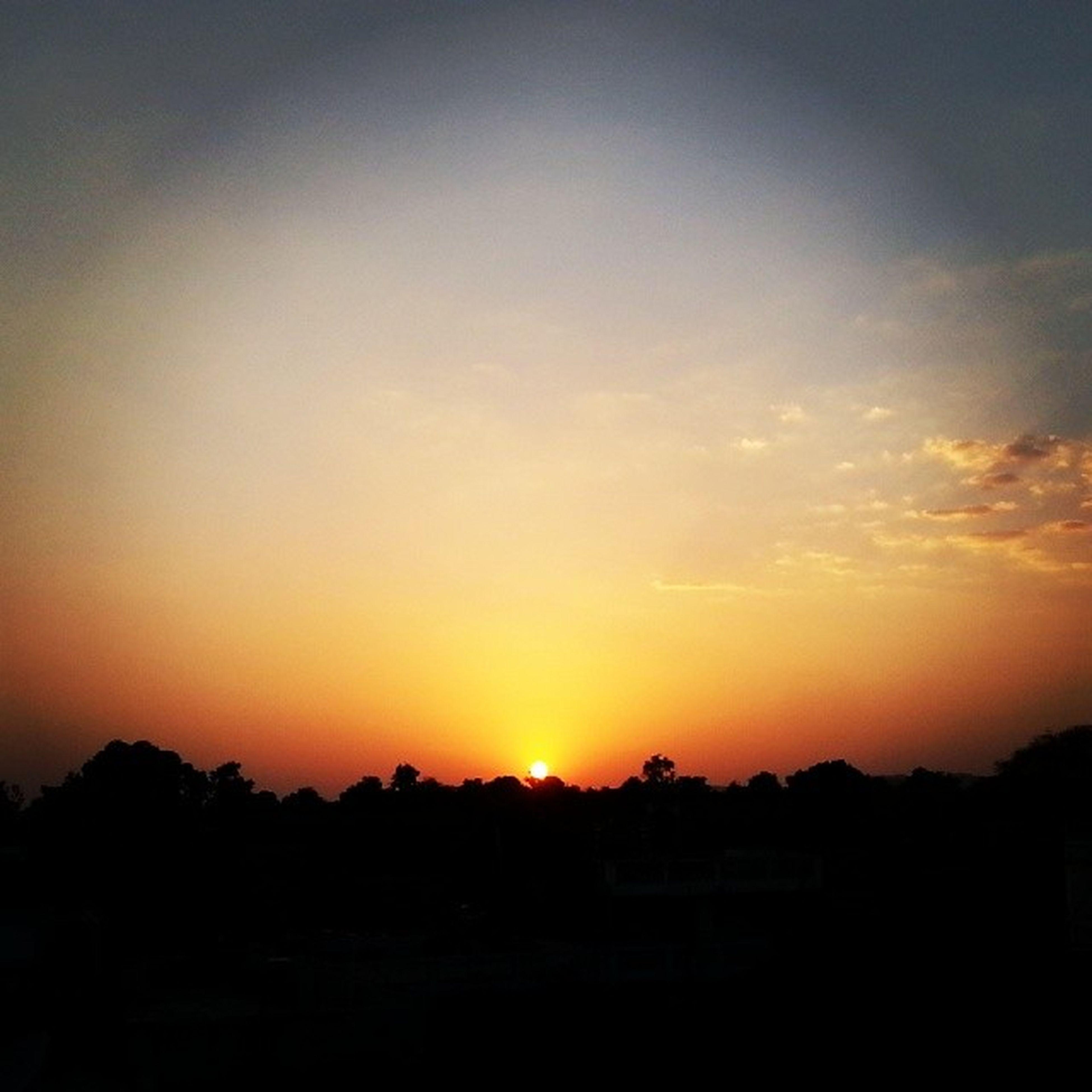 sunset, silhouette, sun, orange color, scenics, tranquil scene, beauty in nature, tranquility, sky, idyllic, nature, landscape, copy space, sunlight, outdoors, no people, dark, sunbeam, tree, majestic