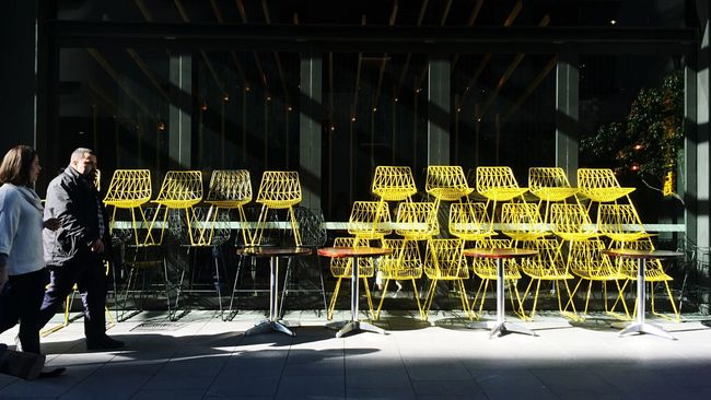 Strolling Around | Everybodystreet | Yellow Chairs 💛 On The Way to Lunch