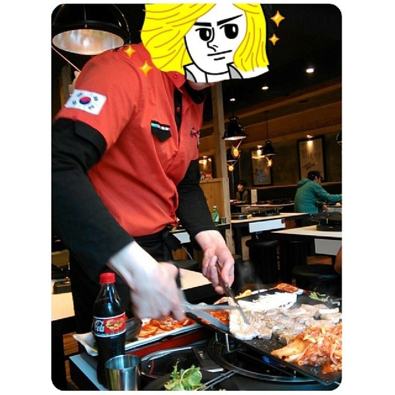 服務生的服務態度也很好。20140403 Dinner Lategram Latergram 八色烤肉 8色 烤肉