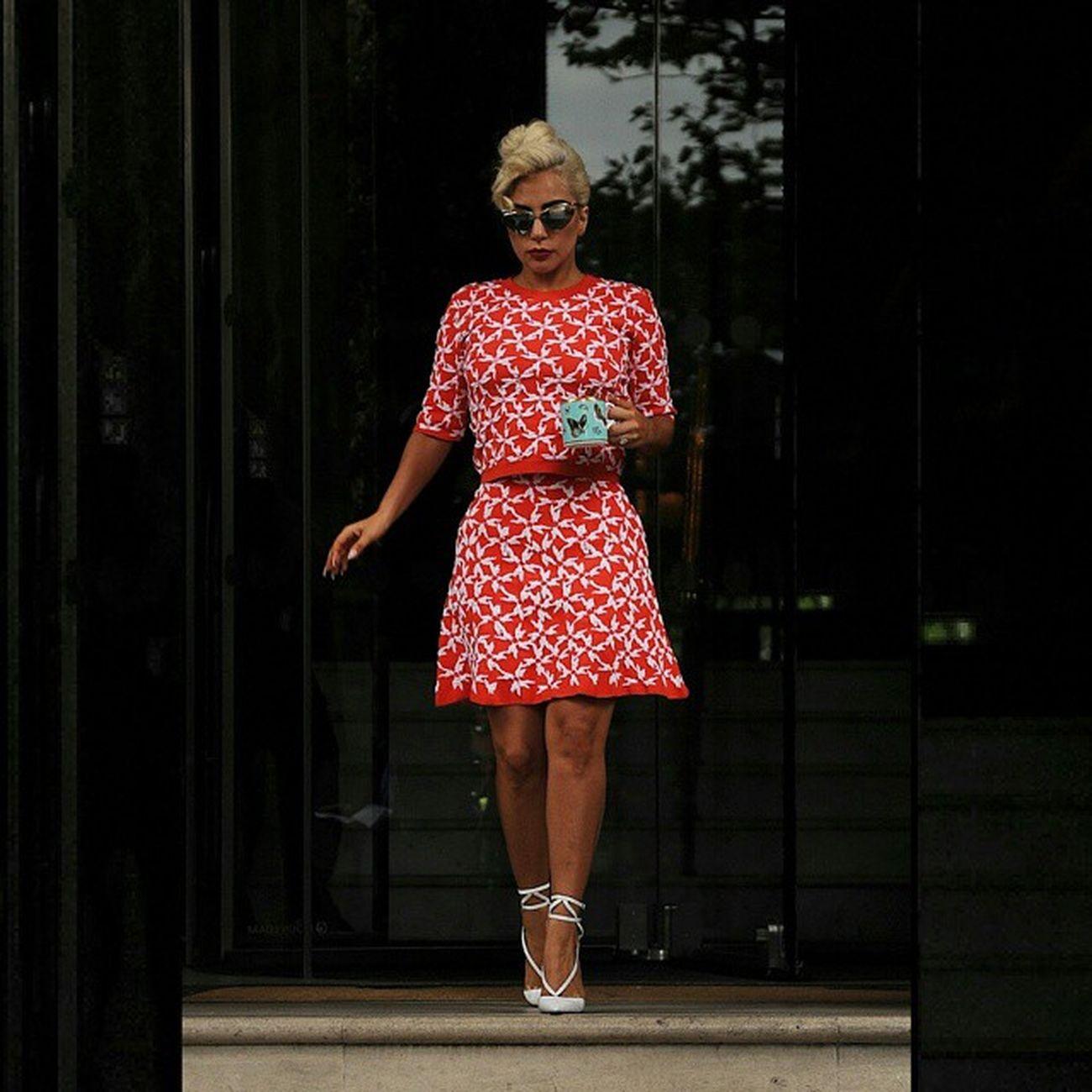 Lady Gaga deixando o hotel em Londres, Segura essa classe... Gaga London Cheektocheek Queen Littlemonsters Littlemonster Fashion