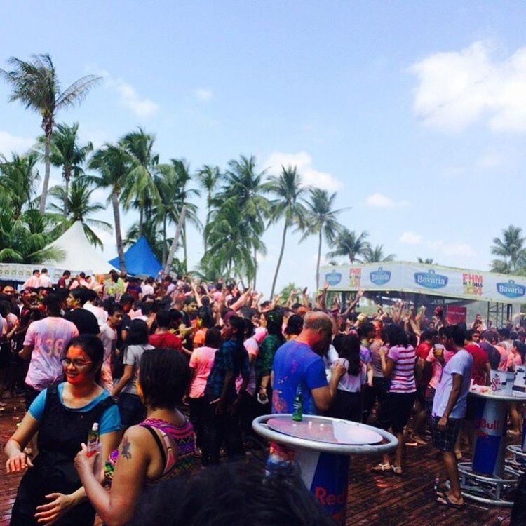 4000 people just in a small club! Crazy !!! Holi Azzura Sentosa RangBarsey ColourFestive Beachparty