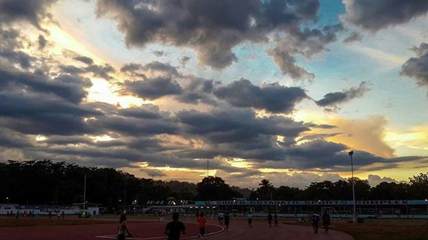 Looking up to the sky is not wasting of time. Mobilephotography Mobilelightroom Koronadal Clouds Landscape Sky Sunset Goldenhour EyeEm Kanamikoronadal Igerskoronadal Joggers Fitness Oval Sport