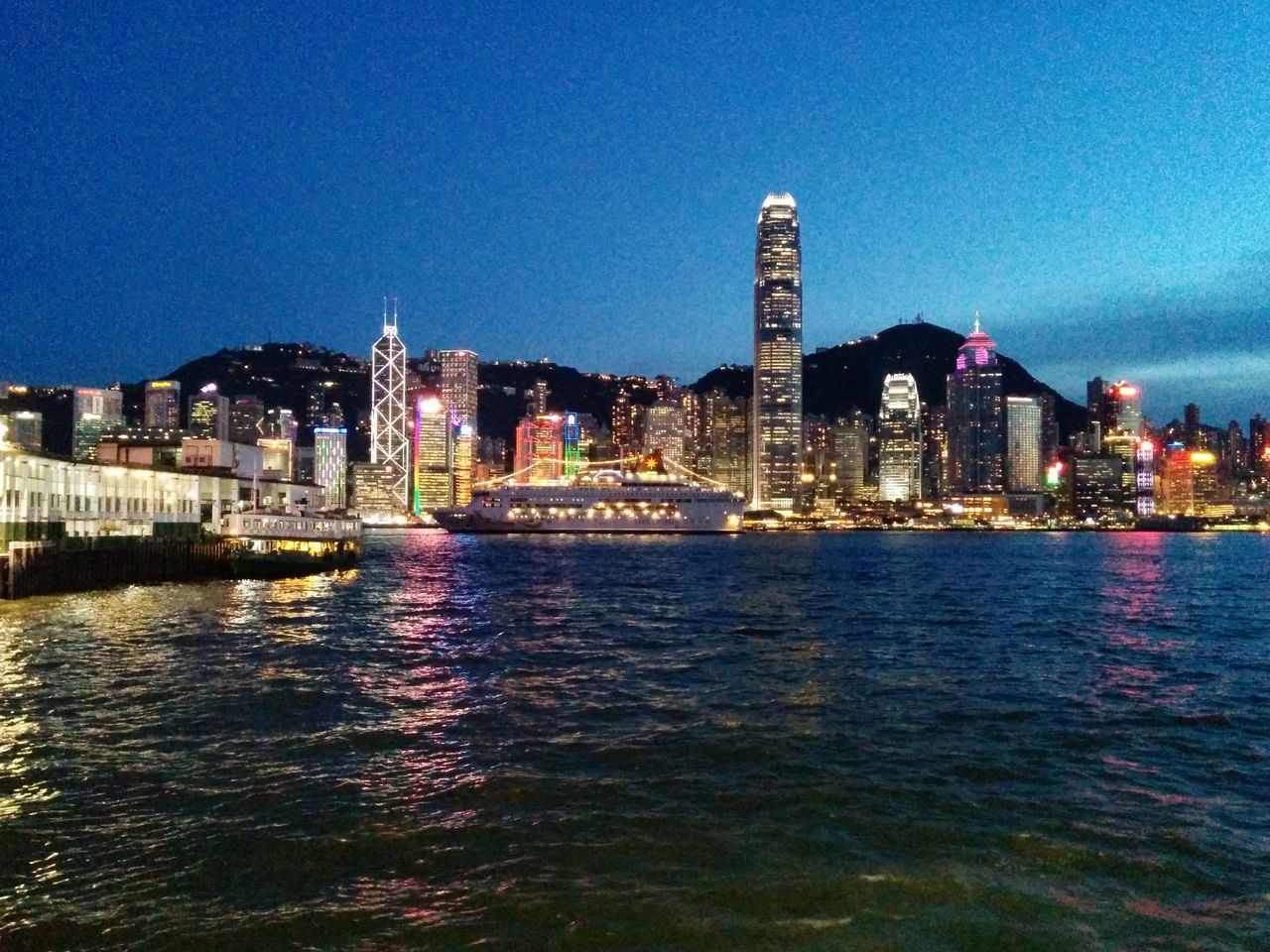 What a beautiful night view of Hong Kong! 香港夜景真美! HongKong Tsim Sha Tsui 尖沙咀 Nightphotography Citynight 香港 夜景 尖沙咀 天星碼頭 美麗 城市