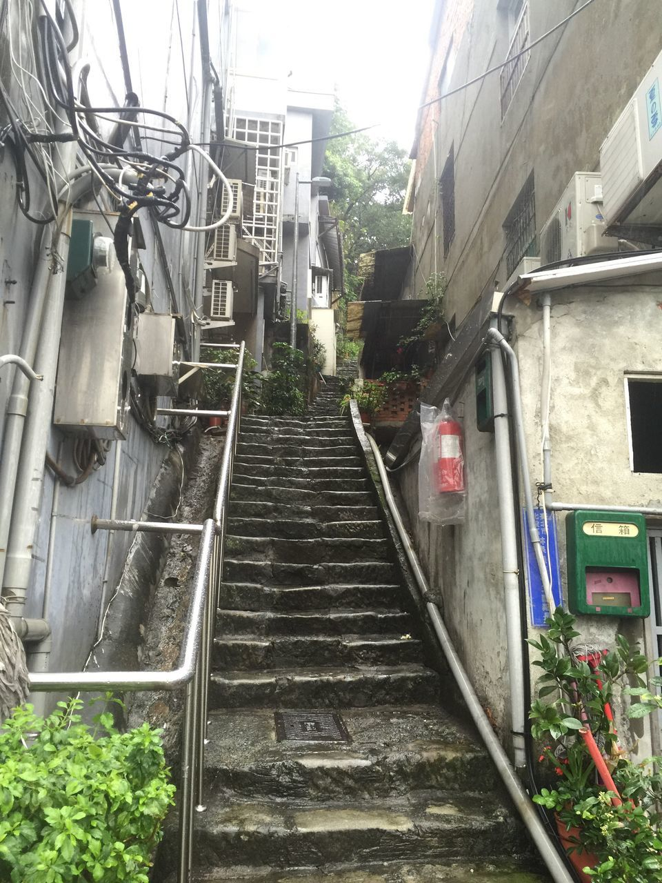architecture, built structure, building exterior, staircase, steps, steps and staircases, no people, day, outdoors, city