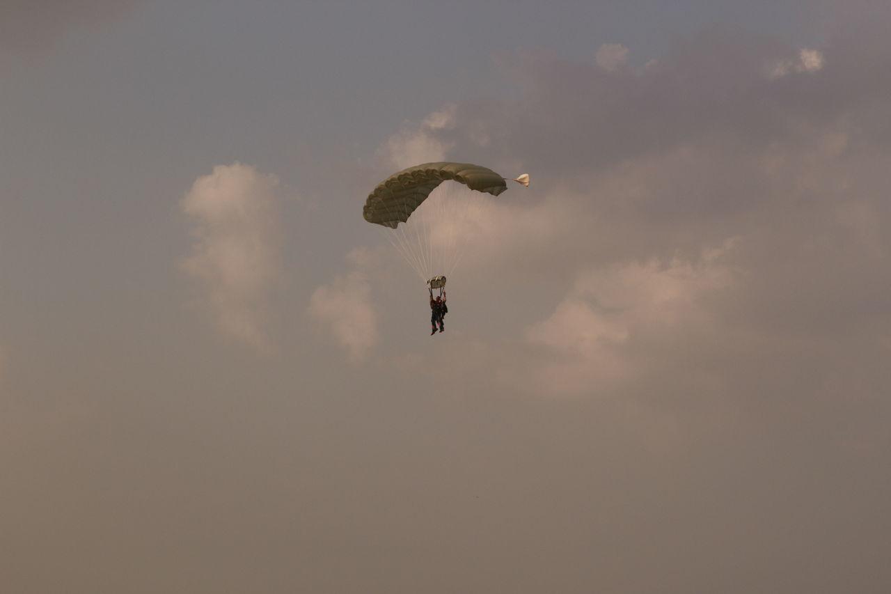 Tandem Parachuting Adventure Sport Aviation Cloudy Double Parachute Parachute Jump Parachutejump Parachuting Parachutist Skydiving Tandem