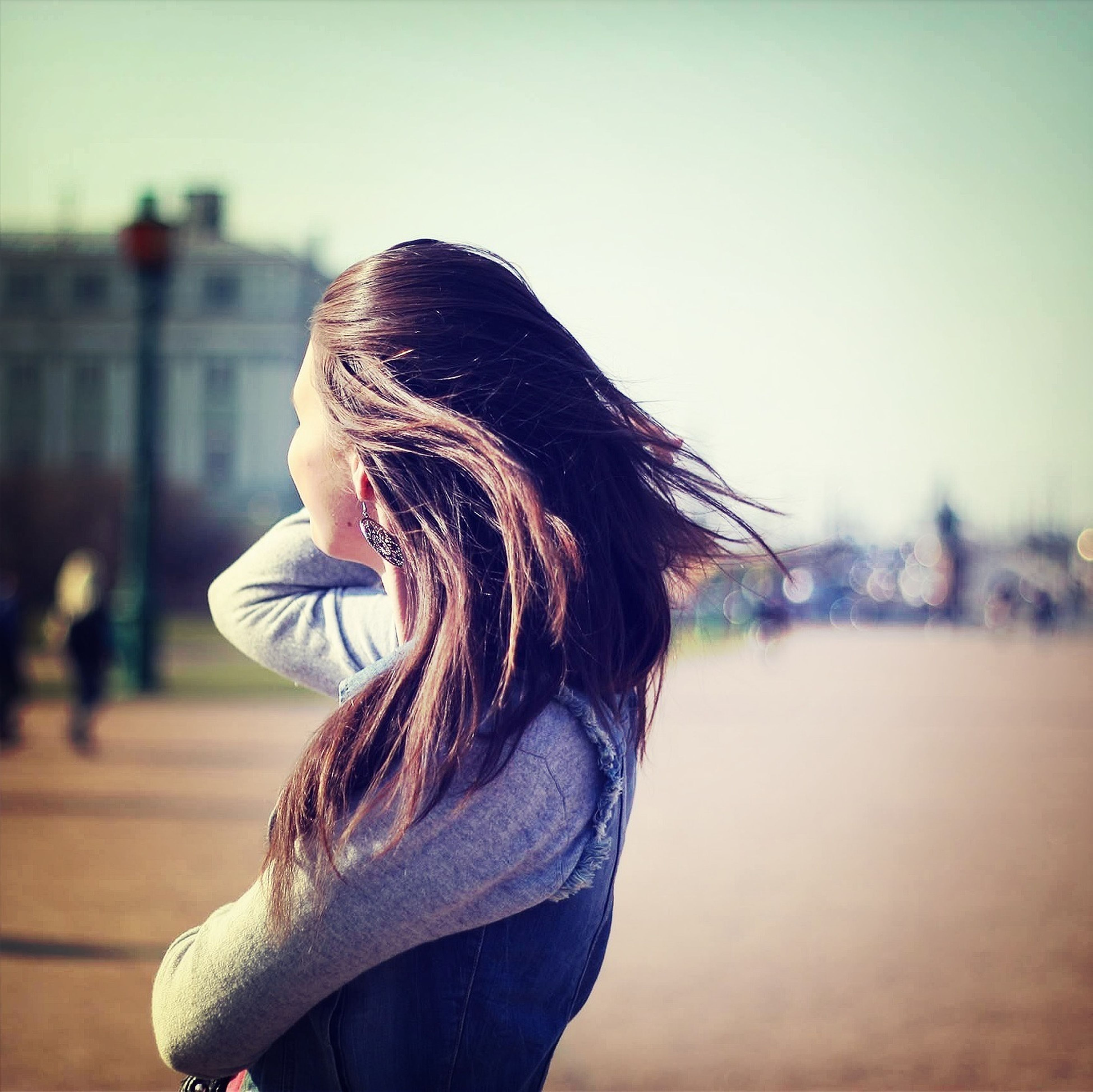 focus on foreground, lifestyles, long hair, headshot, leisure activity, close-up, rear view, human hair, side view, person, brown hair, young women, blond hair, clear sky, outdoors, head and shoulders, casual clothing