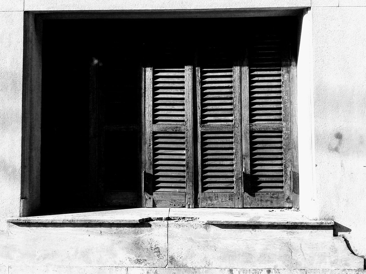 architecture, window, built structure, day, building exterior, no people, sunlight, outdoors, close-up