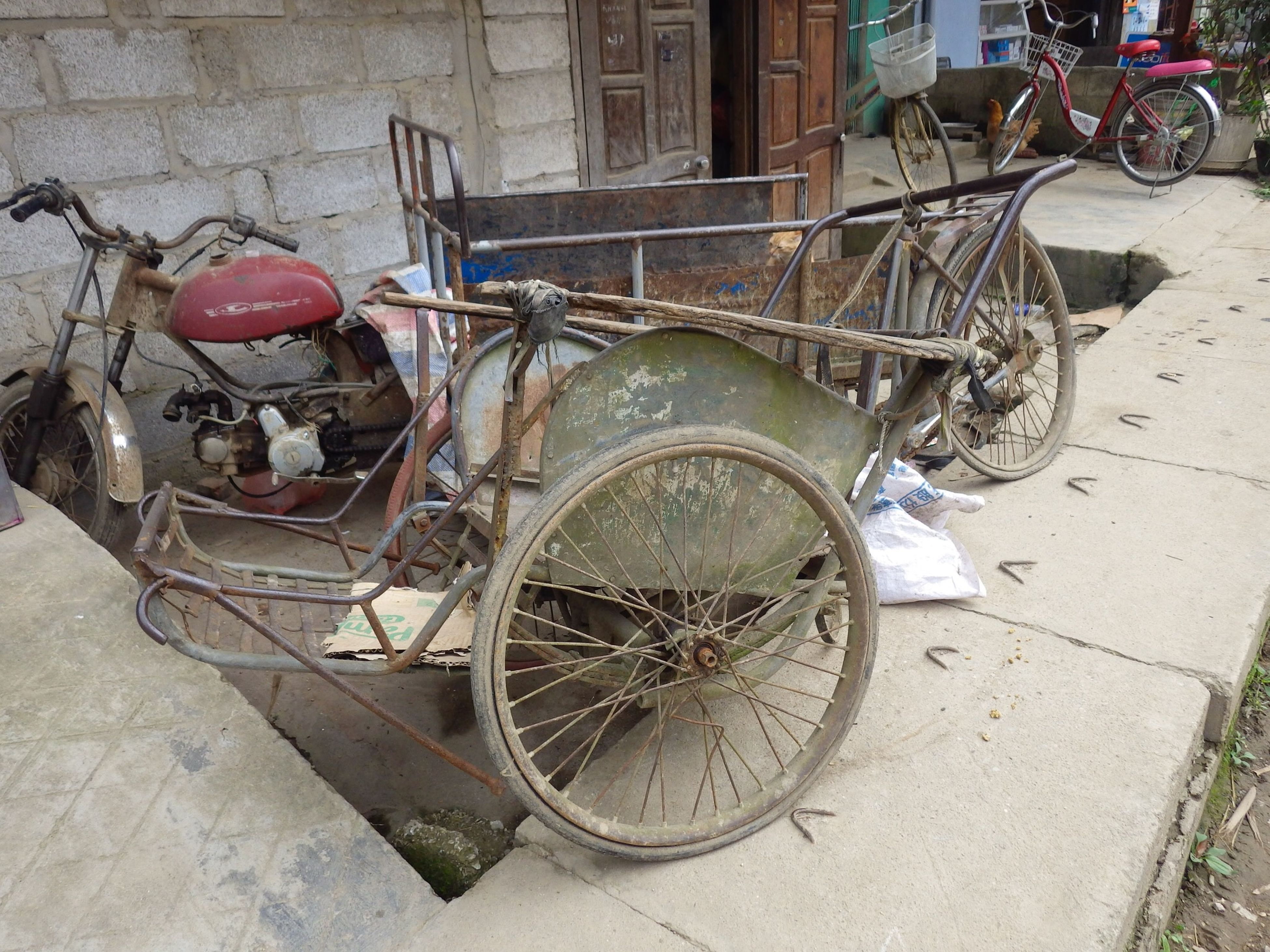 transportation, bicycle, mode of transport, stationary, land vehicle, parking, outdoors, no people, day, close-up