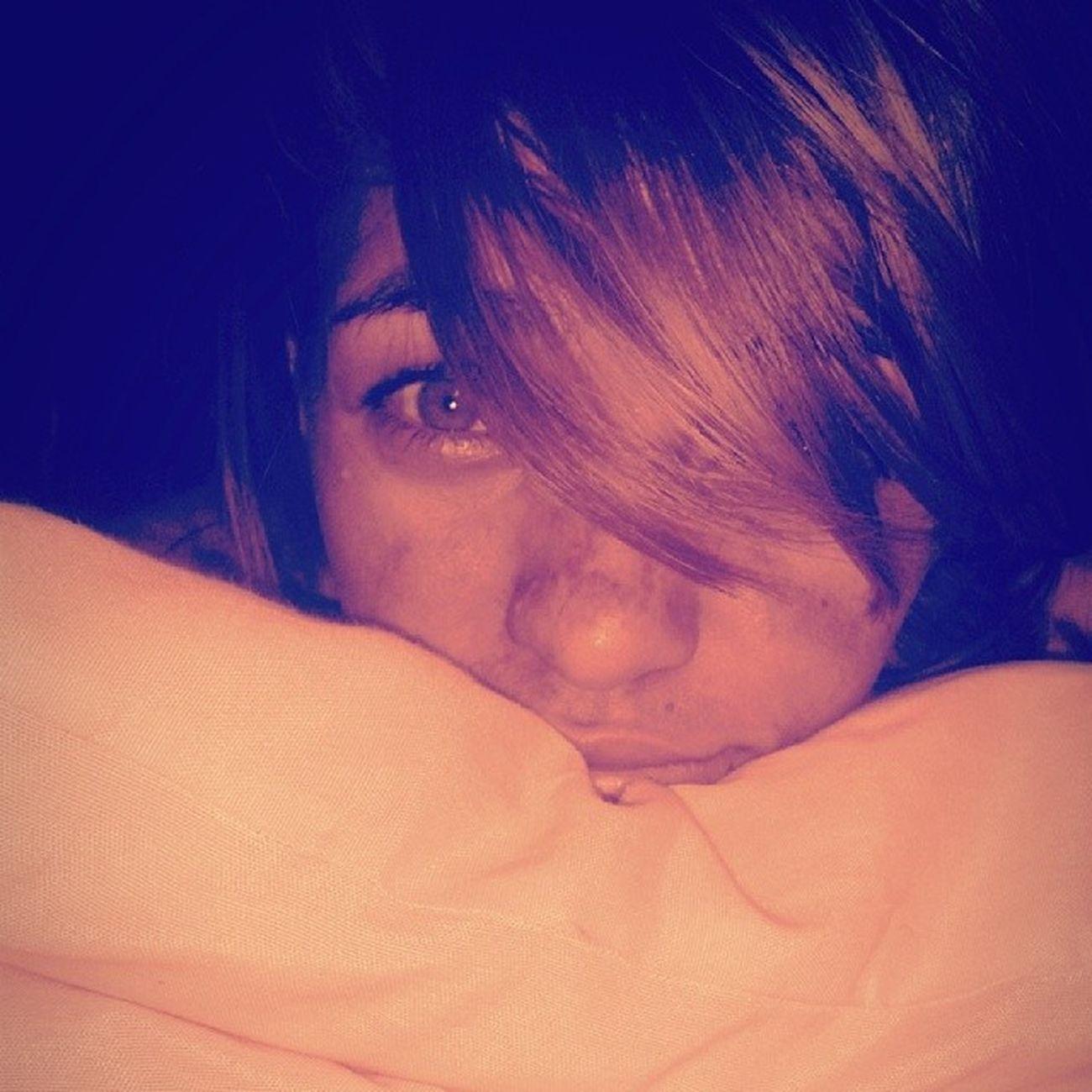 Às vezes no silêncio da noite Eu fico imaginando nós dois Eu fico ali sonhando acordado Juntando o antes, o agora e o depois Por que você me deixa tão solto? Por que você não cola em mim? Tô me sentindo muito sozinho Não sou nem quero ser o seu dono É que um carinho às vezes cai bem Eu tenho os meu desejos e planos secretos Só abro pra você mais ninguém Por que você me esquece e some? E se eu me interessar por alguém? E se ela, de repente, me ganha? Quando a gente gosta É claro que a gente cuida Fala que me ama Só que é da boca pra fora Ou você me engana Ou não está madura Onde está você agora? Music Lovemusic CaetanoVeloso Sozinho amar sonhar. pensar sorrir viver serfeliz