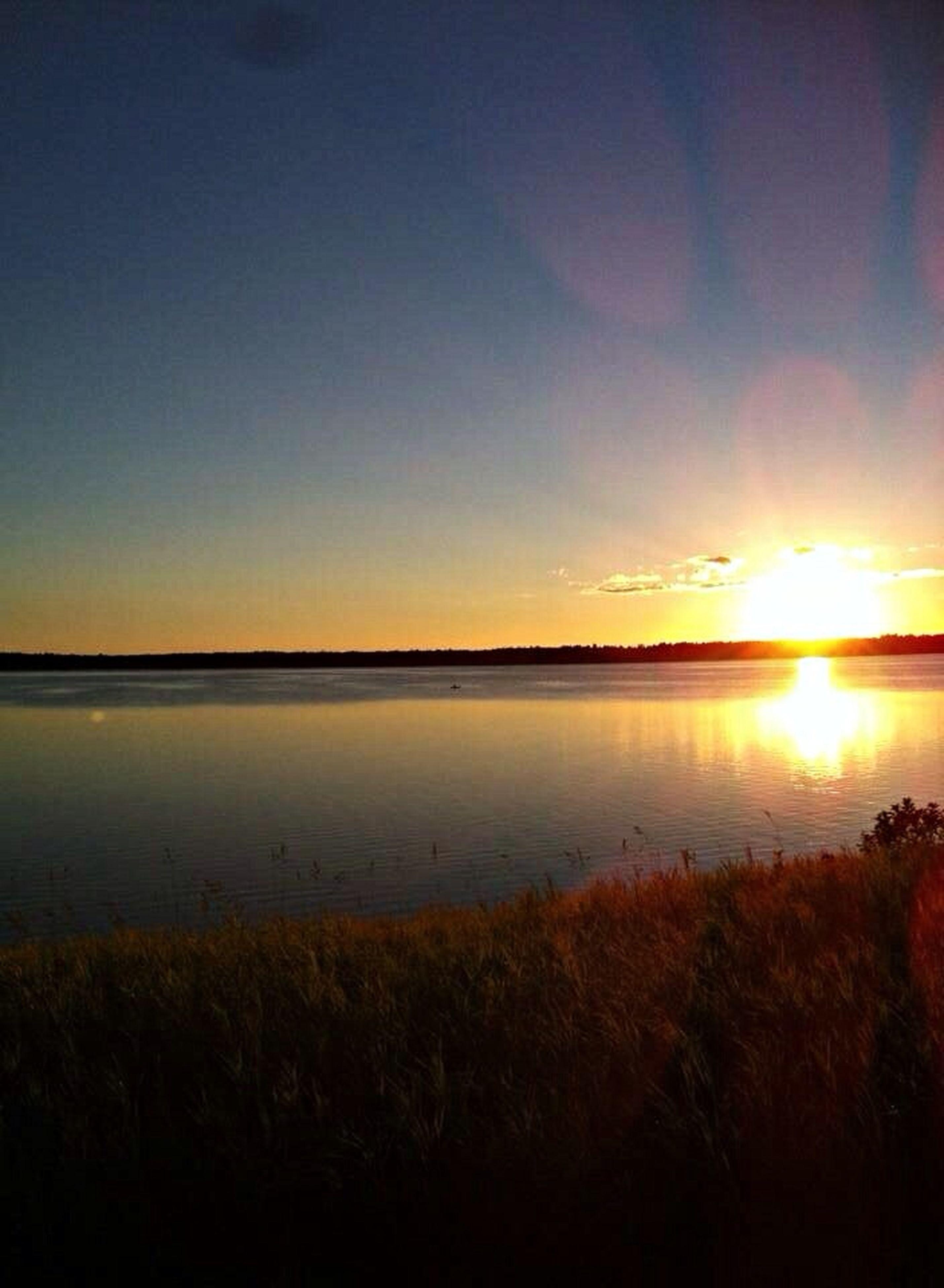 sunset, sun, tranquil scene, water, scenics, tranquility, beauty in nature, reflection, sky, sunlight, nature, sea, sunbeam, idyllic, lake, orange color, lens flare, silhouette, outdoors, beach