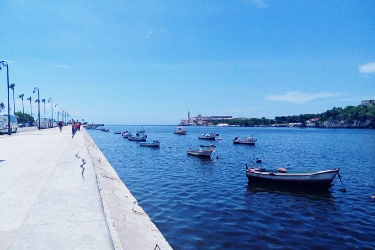 Malecon habanero. Taking Photos Cuba Collection I Love Cuba !! Hanging Out Life In Motion Sea And Sky Cuba Sea I Love Havana Famous Place. Malecon Habanero Havana Famous Places Sunny Day Boats Boats⛵️
